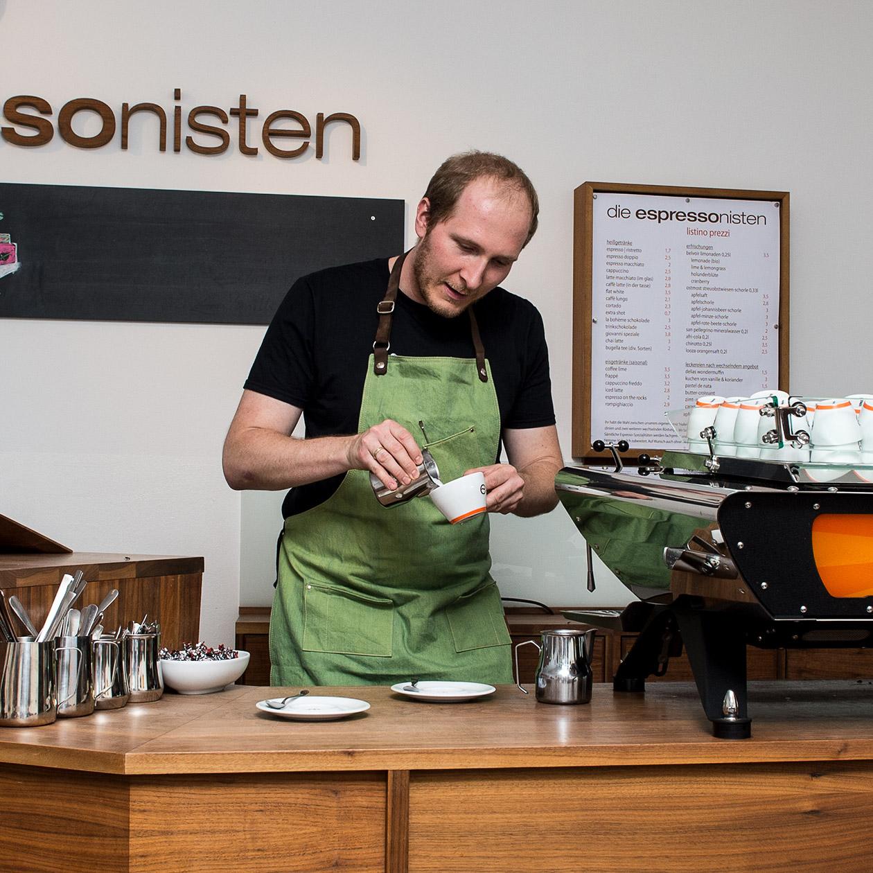 Barista Moritz bei der Zubereitung